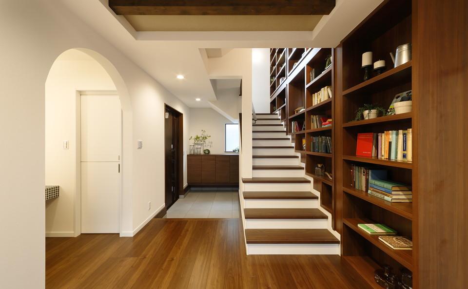 エントランスホールから縦に続く、壁一面の本棚。まるでオリジナルの図書館のようです。隣接する階段がお気に入りの読書スペースになりそう。