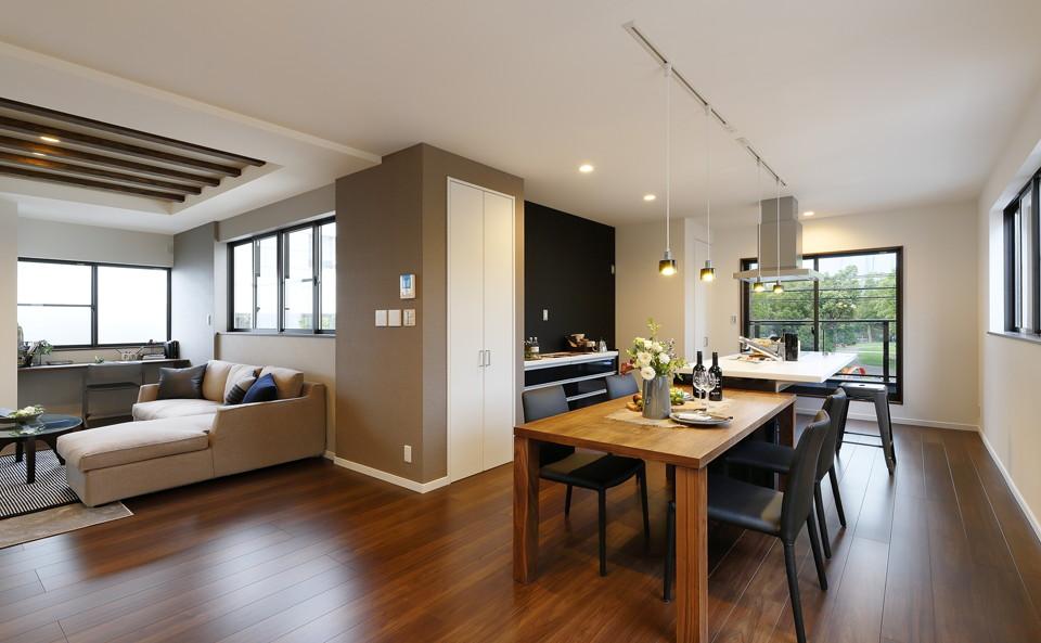 広々としたLDKはアイランドキッチンを採用。大きな窓からは爽やかな風が流れ込み、窓越しに見える緑が癒しを与えてくれます。