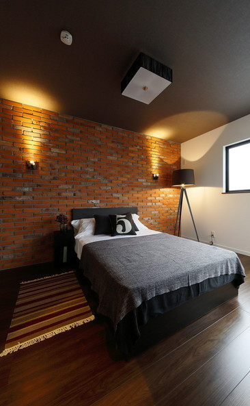 主寝室はまるで海外のアパートのようなレンガ壁で雰囲気満点。落ち着いた大人の空間に仕上がっています。