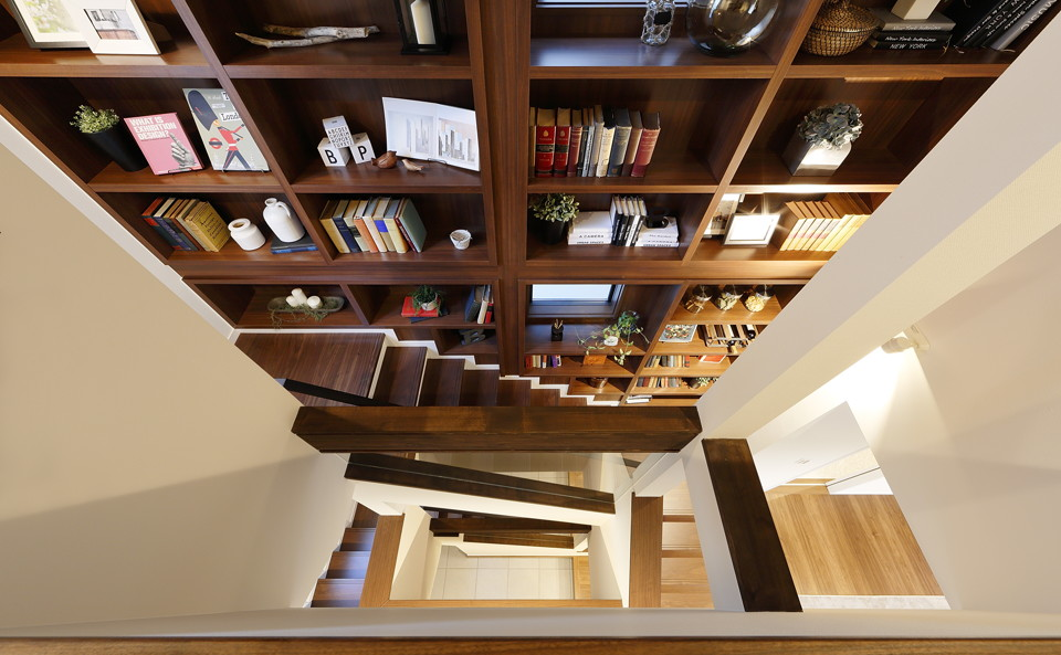 3階から吹抜けの階段を覗いて。1階から3階まで続く本棚は圧巻のひと言。本と共に暮らせる、そんなお家です。
