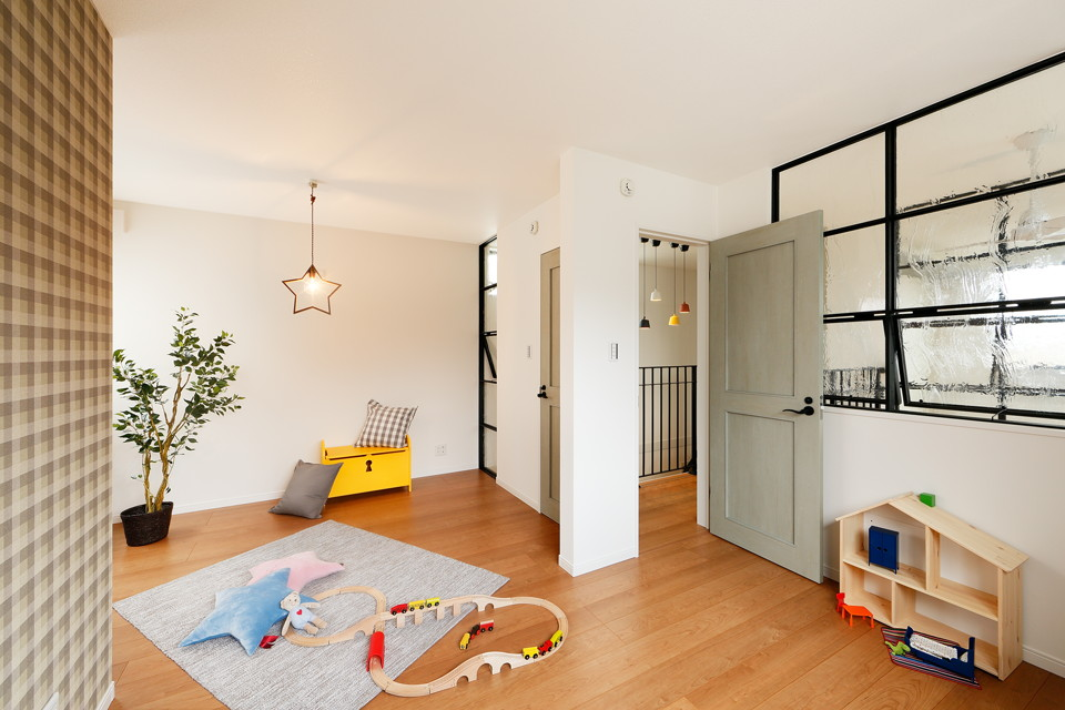 キッズルームは将来部屋を2つに区切れるよう、ドアを2つ配置。ブラウンのチェック柄クロスがポイントです。可愛らしく、それでいて甘くなりすぎない将来を見据えた空間に。