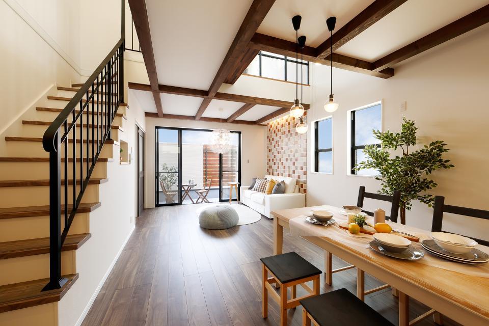 2階の19.4畳のLDKはカラートーンを抑え、シンプルナチュラルに仕上げました。アイアンの階段手摺りがぐっとお部屋の印象を引き締めます。
