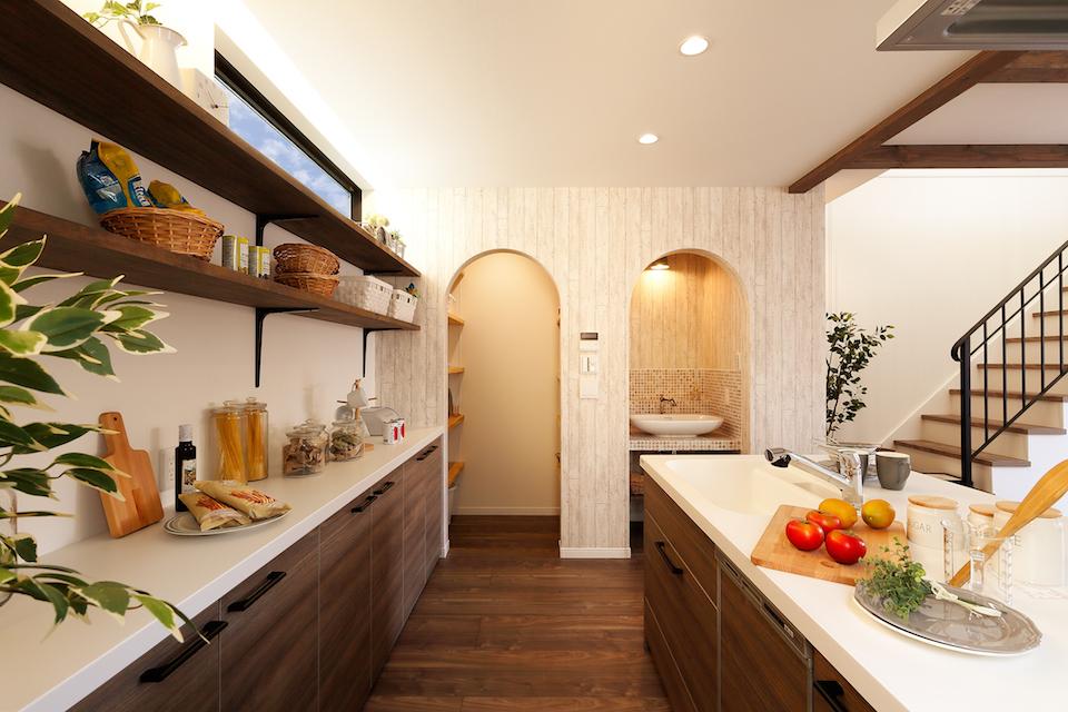 キッチンの近くには小さな洗面コーナーとパントリーを設置し、収納力と利便性を両方叶えました。ママに嬉しい空間に♪