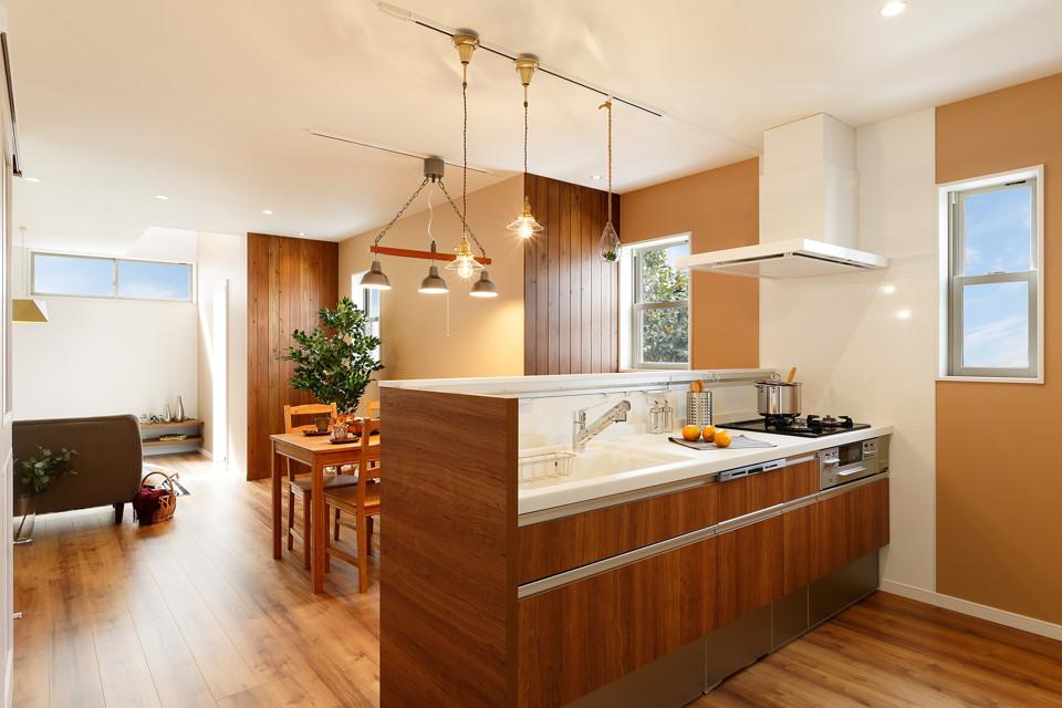 奥行きのあるLDKはキッチンから見渡せ、広がりを感じる設計に。本物の木を使ったアクセントウォールも空間に温かさをプラスしてくれます。
