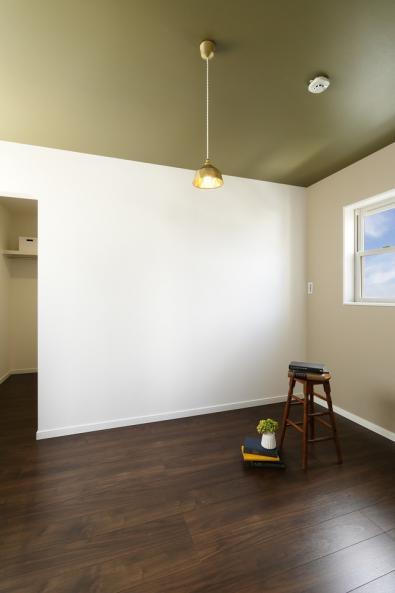 主寝室はほっと一息つける場所に。天井のカーキ色と深みのあるフローリングでシックでホテルライクな印象に。便利なウォークインクローゼットも。