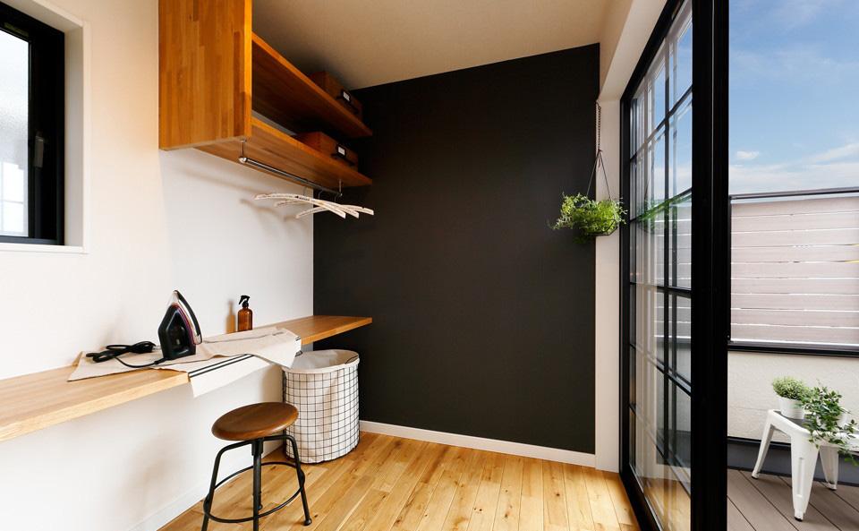 バルコニーの陽当たりのいい場所に家事室をレイアウト。洗濯物を取り込んで畳んだり、アイロンをかけたりはもちろん、家事の合間にちょっとした読書なども楽しめるスペースに。