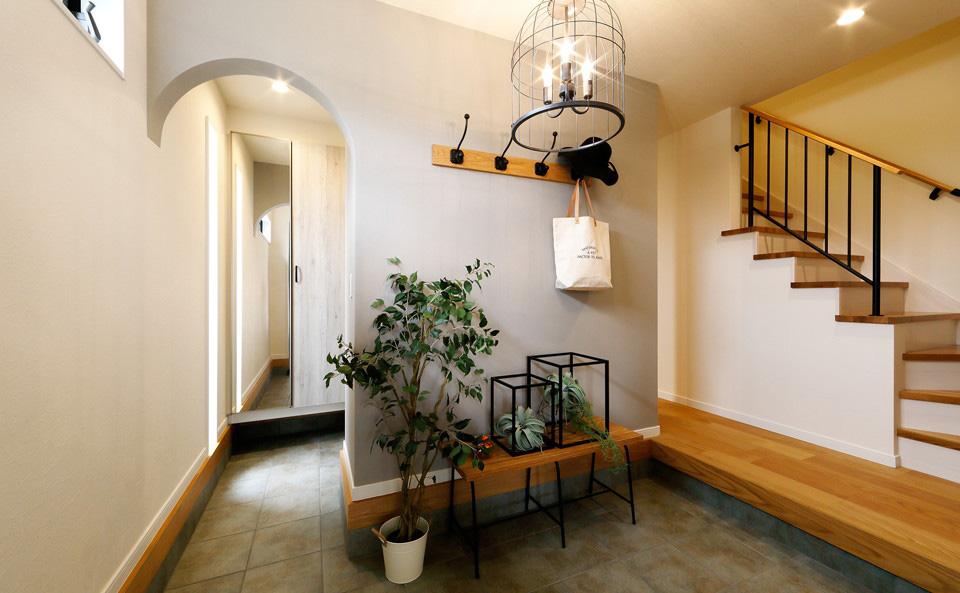 広い玄関エントランスの奥には家族専用のシューズクロークを完備。またシューズクロークの一部にセカンド洗面も設置しているので、帰宅した際にすぐに手洗いやうがいをする習慣を身につけることもできます。