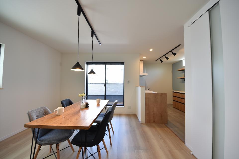 キッチンをLDK奥に配置しているので、来客時の人の目も気になりにくいですね。収納も備えているので使い勝手も◎。
