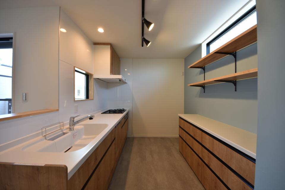 爽やかなライトブルーのクロスのキッチンは、窓付きで明るい陽光が差し込みます。収納もたっぷり!