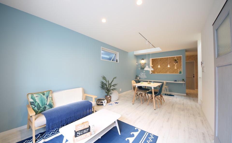 LDKはホワイトペイントの床材やブルーの建具、クロスがアクセントになっています。