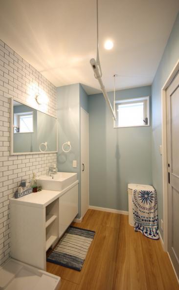 洗面室には物干し竿もあるため、お天気が悪い日のお洗濯も安心。扉付きのクローゼットも完備!