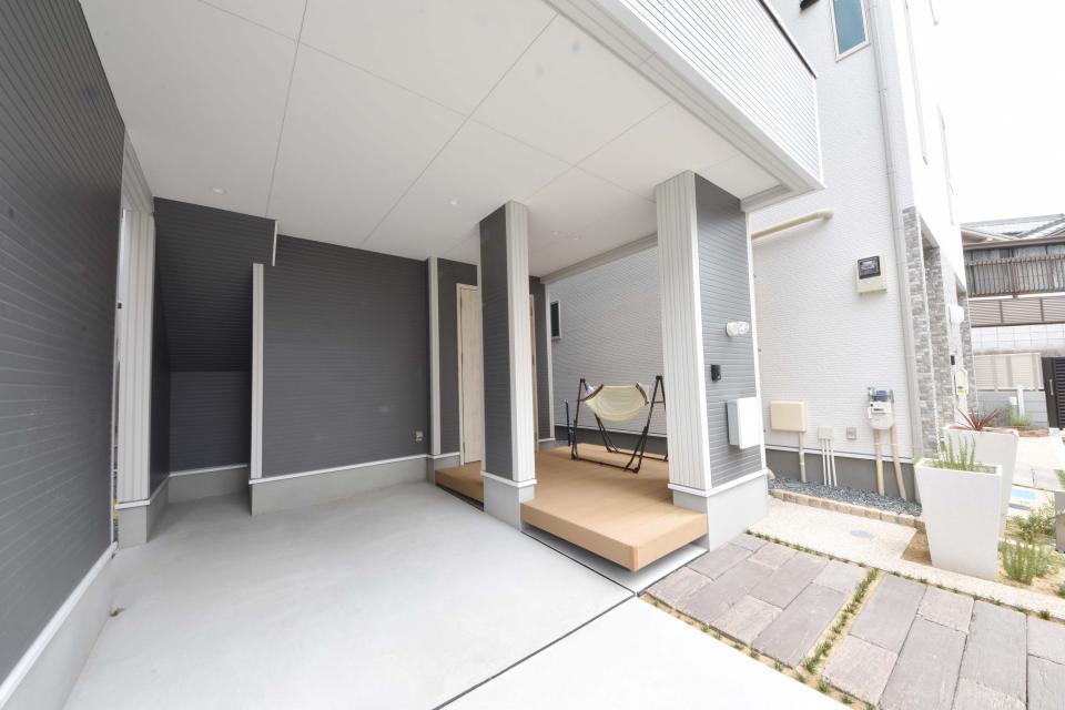 玄関ポーチにはウッドデッキを。ハンモックで揺らされながら寛ろぐことができます。